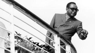 Le maréchal Mobutu criant ses ordres à bord de son yacht Kamanyola lors d'une visite de Baudouin et Fabiola
