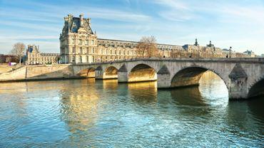 Le Louvre attire près de 9 millions de visiteurs par an.