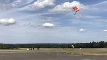 Parachutistes sur l'aérodrome de Spa
