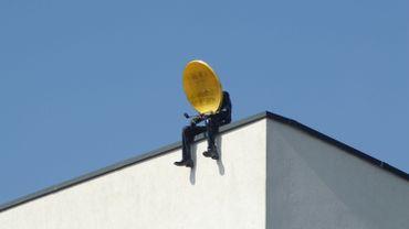 """L'un des trois """"Hommes-paraboles"""" installés sur le toit de Wolubilis"""
