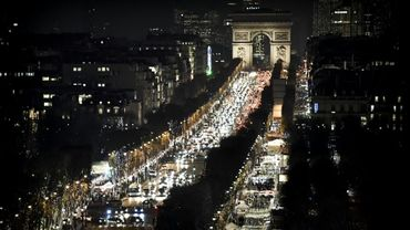 Trafic nocturne sur les Champs-Elysées à Paris, le 24 novembre 2016