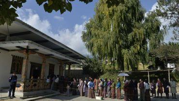 Des personnes font la queue pour voter aux législatives, le 18 octobre 2018 à Thimphou, au Bhoutan
