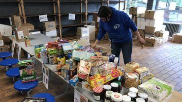 Les bénévoles d'Arc-en-Ciel réceptionnent les dons, trient la nourriture et préparent les colis pour les organismes bénéficiaires.