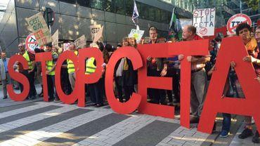 Des manifestants contre le TTIP et le CETA dans les rues de Bruxelles le 20 septembre 2016