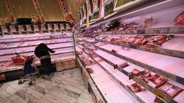 Des rayons vides dans un supermarché de Tokyo, le 27 mars 2020 pendant l'épidémie de coronavirus au Japon
