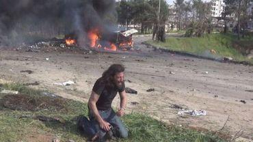 Photo recadrée. On y aperçoit le photographe syrien Abd Alkader Habak en larmes après l'attentat suicide de samedi 15 avril.