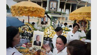 Des Cambodgiens se recueillent devant des portraits de l'ancien roi du Cambodge Norodom Sihanouk, le 17 octobre 2012 à Phnom Penh