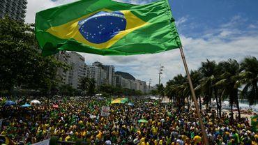 Des partisans du candidat d'extrême droite à la présidentielle Jair Bolsonaro lors d'un rassemblement, le 24 octobre 2018 à la plage de Copacabana, à Rio de Janeiro, au Brésil