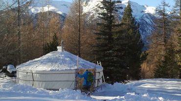 A Montgenèvre, dans les Hautes-Alpes, les randonneurs dégustent un casse-croûte après une rando-raquette.
