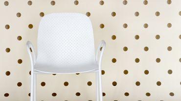 """Chaise """"DOT"""" avec des accoudoirs et une armature empilable, Scholten & Baijings"""