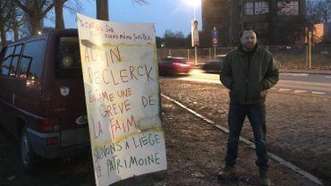 L'artiste plasticien Alain De Clerck a installé sa camionnette sur les quais de la Dérivation en face du bâtiment de la dentisterie de Bavière
