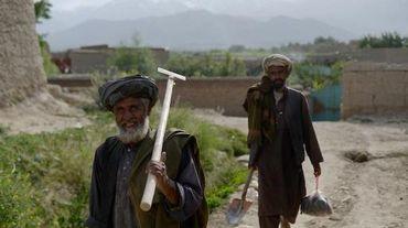 Des habitants dans les ruines du village de Deh Saqi, au nord de Kaboul, partiellement détruit par les talibans en 1999, le 5 juin 2014