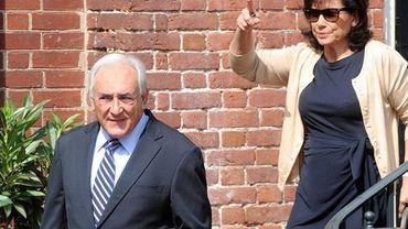 Anne Sinclair et Dominique Strauss-Kahn sortant de leur maison de Washington