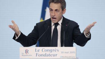 """France: Sarkozy pilonne la gauche au pouvoir et taxe Hollande de """"médiocrité"""""""