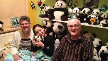 Céline et André Cornet entourent Anna Pu, la directrice des relations publiques du comité organisateur du voyage vers le Sichuan