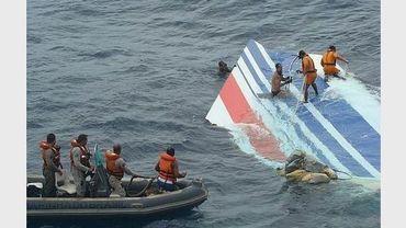 Des plongeurs renflouent une partie de la carlingue de l'Airbus A330