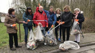 Quelques habitants ont nettoyé leur quartier à l'allée des Oiseaux à Mons.