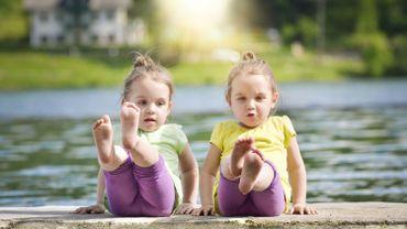 Le baby yoga est de plus en plus prisé.