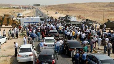 Les forces de sécurité turques bloquent la route de Cizre à un convoi de représentants du Parti démocratique des peuples (HDP), dont son leader Selahattin Demirtas, le 9 septembre 2015 à Sirnak
