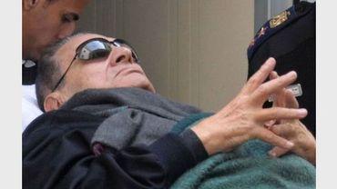 L'ex-président égyptien Hosni Moubarak est arrivé le 2 janvier 2011à bord d'une ambulance pour une nouvelle session de son procès au Caire, après trois mois d'interruption.