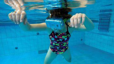 Une femme nage avec des dauphines virtuels dans une piscine à Apeldoorn, aux Pays-Bas, le 31 octobre 2017