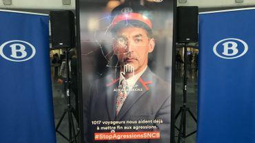 """L'écran qui permet de dire """"Stop aux agressions"""", installé dans le hall de Liège-Guillemins"""