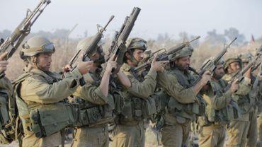 Des soldats israéliens vérifient leurs armes en revenant d'une opération terrestre à Gaza