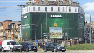 Une gigantesque bâche publicitaire Place Meiser