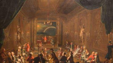 Tableau qui représente l'intérieur de ce que l'on croît être la loge Zur neugekrönten Hoffnung (« L'espérance nouvellement couronnée »), à Vienne. On pense que Mozart est représenté à l'extrême droite, avec un habit noir et épée, assis au côté de son ami Emanuel Schikaneder (avec un habit rouge). Peinture à l'huile, 1782.