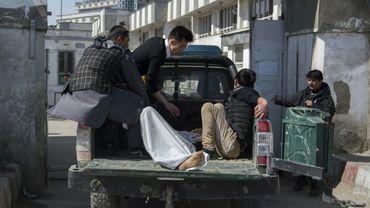 Une victime est évacuée vers un hôpital après  après une attaque au mortier contre un rassemblement politique le 7 mars 2019 à Kaboul