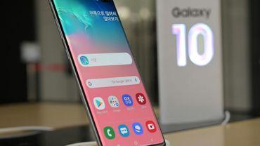 Le Samsung Galaxy S10+ est exposé dans une boutique de téléphonie à Séoul le 30 avril 2019