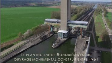 Sa haute tour de 150m, véritable symbole du savoir-faire belge, domine fièrement le plan incliné