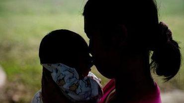La jeune thaïlandaise, mère porteuse, a donné naissance à des jumeaux, un garçon et une fille, mais le couple australien lui a laissé le garçon qui souffre de trisomie 21 et d'un grave problème cardiaque