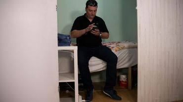 """Harry Kajevic, un camionneur autrichien de 42 ans, dans sa """"chambre"""" logée au sein d'un appartement-ruche illégal à Barcelone, le 22 février 2019"""