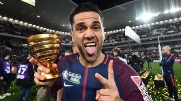 Dani Alves pose fièrement avec son 36ème trophée, un record pour un footballeur professionnel.
