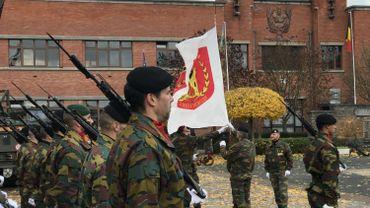 Les militaires de l'Ecole du Génie baisse leur drapeau pour la dernière fois à la caserne de Jambes