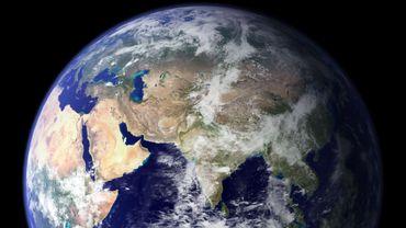 La Terre vue de l'espace. Autour d'elle, il n'y a pas que des satellites qui gravitent, mais aussi des débris.