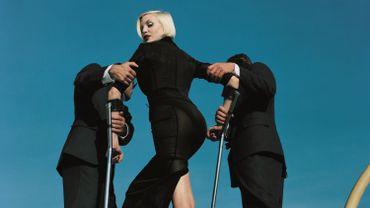 Shooting High & Mighty pour le Vogue US avec le top model Nadja Auermann - Dolce & Gabbana suit - Eté 1995