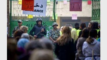 Des policiers à l'entrée d'un bureau de vote le 5 décembre 2011 au Caire