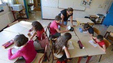 Des élèves et leur enseignante dans une école de Vitrolles, le 27 août 2012