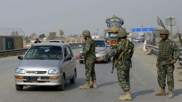 Des soldats pakistanais arrêtent un véhicule à un checkpoint à Sehwan dans la province de de Sindh, à 200 km de la capitale Karachi, le 17 février 2017