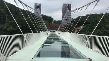 Chine: nouvelles photos de la passerelle de verre la plus longue du monde