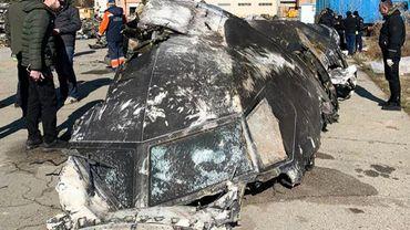 """Cette photographie de document prise et publiée le 11 janvier 2020 par le Conseil national de sécurité et de défense d'Ukraine montre des personnes debout et analysant les fragments et les restes de l'avion Boeing 737-800 d'Ukraine International Airlines qui s'est écrasé à l'extérieur de la capitale iranienne Téhéran en janvier. 8, 2020. L'Iran a déclaré le 11 janvier 2020 qu'il avait """"involontairement"""" abattu un avion de passagers ukrainien, tuant les 176 personnes à bord, dans un brusque revirement après avoir initialement nié les affirmations occidentales selon lesquelles il avait été touché par un missile. Le président iranien a déclaré qu'une enquête militaire sur la tragédie avait trouvé """"des missiles tirés en raison d'une erreur humaine"""" ont fait tomber le Boeing"""