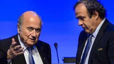 Sepp Blatter aux côtés du président de l'UEFA Michel Platini (d), le 11 juin 2014 à Sao Paulo