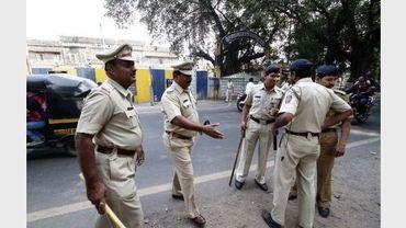 Des policiers devant la prison de Yerwada où Mohammed Kasab a été pendu, le 21 novembre 2012 près de Bombay