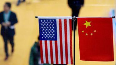 Les drapeaux des Etats-Unis et de la Chine sont installés côte à côte lors d'une exposition à Shanghai, dans l'est de la Chine, le 6 novembre 2018