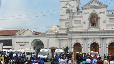 Des ambulances stationnent devant l'église Saint-Anthony de Colombo après une explosion meurtrière, le 21 avril 2019