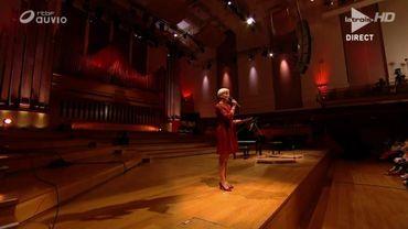 Stéphanie Coerten à la présentation bilingue de tous les demi-finalistes, sur la scène du Studio 4 à Flagey