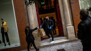 Devant un magasin de vêtements à Athènes, le 18 janvier 2021