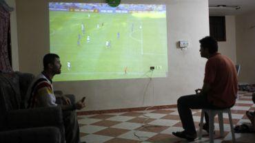 Des Palestiniens regardent la finale de la Coupe du Monde dans la ville de Rafah, au sud de la bande de Gaza, le 13 juillet 2014.